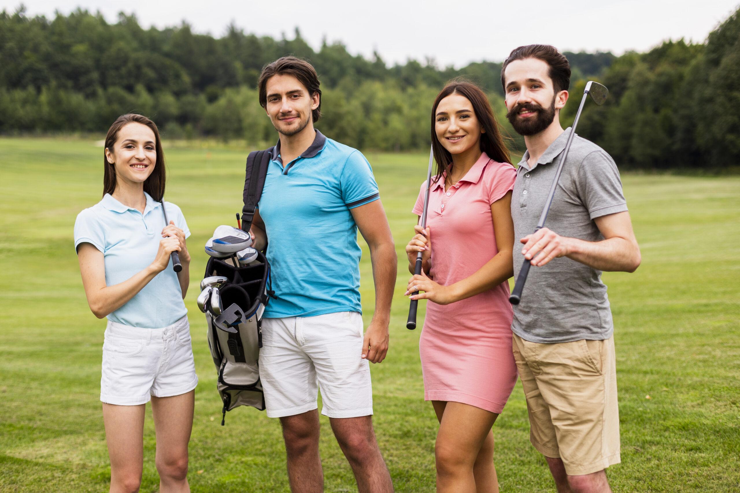 grupo de jóvenes en campo de golf